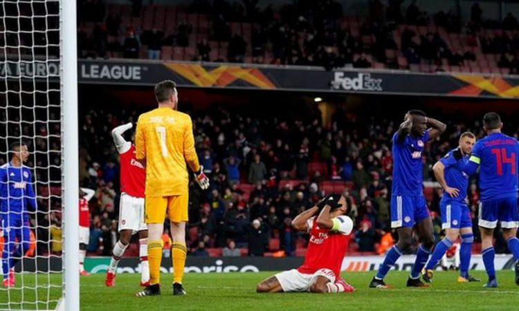 Not even the visiting defenders could believe Pierre-Emerick Aubameyang missed his late chance (Image credit: PA Media)