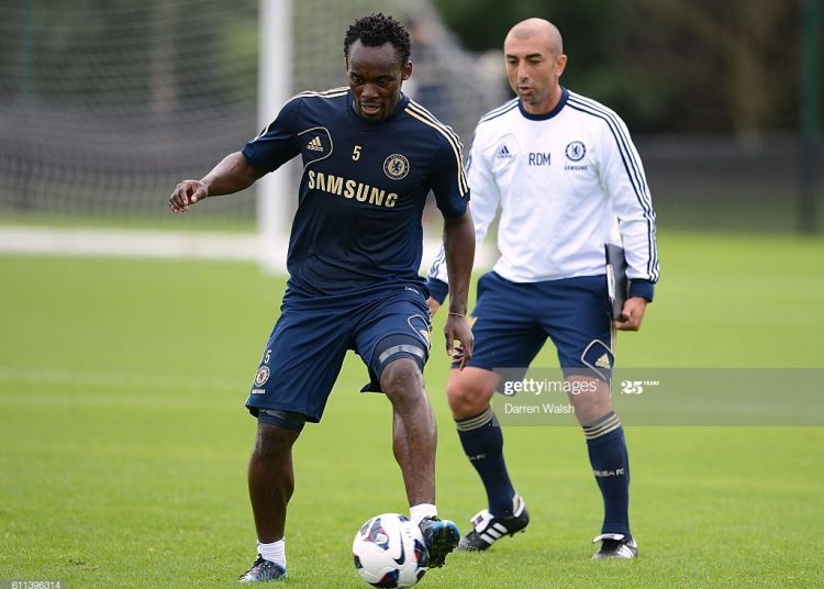 Chelsea manager Roberto Di Matteo and Michael Essien during training  (Photo by Darren Walsh/Chelsea FC via Getty Images)