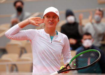 Tennis - French Open - Roland Garros, Paris, France - October 8, 2020  Poland's Iga Swiatek celebrates after winning her semi final match against Argentina's Nadia Podoroska  REUTERS/Charles Platiau