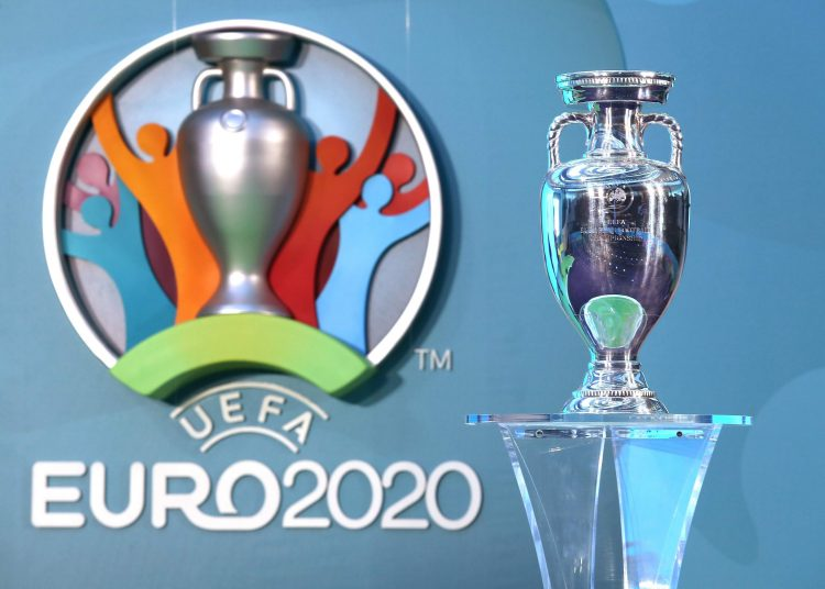 The Euro, European Championship Before? Because of the Corona Virus, Covid-19, the EM 2020 is about to be relocated firo: LONDON, ENGLAND - SEPTEMBER 21: The Henri Delaunay Cup with the EURO 2020 logo during the UEFA EURO 2020 Launch Event at City Hall on September 21, 2016 in London, England EM Euro European Championship 2020 Logo Trophy Trophy in general | usage worldwide
